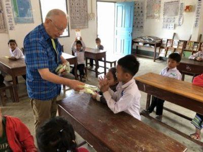 ラオスの学校に文房具が手渡しで届きました。ラオス報告①